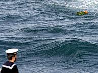 Ofrenda floral en las aguas donde se libró la batalla. (Foto: AFP)