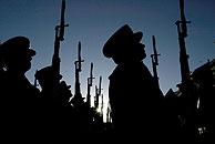 Soldados formando durante el homenaje. (Foto: AFP)