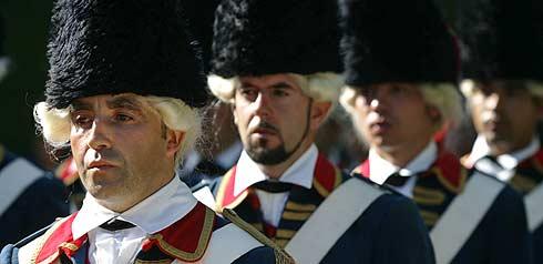 Soldados vestidos con uniformes de época, durante el homenaje. (Foto: AP)