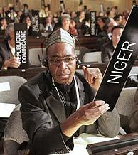 El embajador de Nigeria para la UNESCO, durante la votación del 'sí'. (Foto: AP)