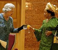 Stella Obasanjo, en una imagen con la Reina de Inglaterra. (Foto: EFE)