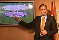 González Pons muestra la pancarta de 'paisos catalans' exhibida en el Camp Nou. (Foto: El Mundo)