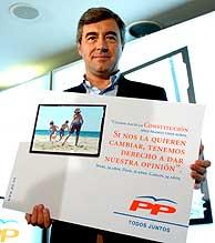 Ángel Acebes, con un cartel de la campaña del PP. (Foto: EFE)