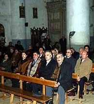 Un grupo de personas asiste a misa. (Foto: J.A.G.)