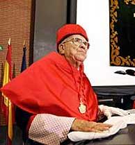 Carrillo durante la investidura. (Foto: EFE)
