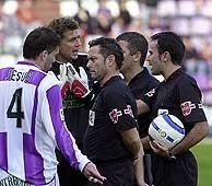 Un futbolista pide explicaciones a los árbitros. (Foto: J. M. Lostau)