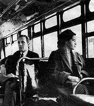 Rosa Lee Parks, en el autobús donde empezó a cambiar la historia. (Foto: AP)