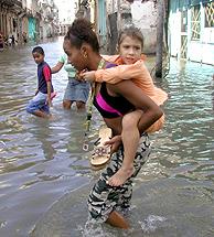 Una mujer, con su hijo a cuestas en La Habana. (Foto: AFP)