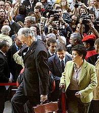 Atutxa saluda al llegar al Palacio de Justicia. (Foto: IÑAKI ANDRÉS   MITXI)