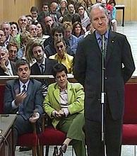 Atutxa (de pie), Knörr (izda) y Bilbao, en el banquillo de los acusados. (Foto: EFE)