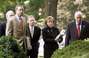 El vicepresidente Dick Cheney (dcha.), junto a Karl Rove (izq.), Lewis Libby (centro) y otros dos asesores de la Casa Blanca. (Foto: AP)