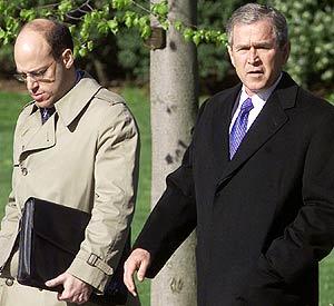 Ari Fleischer, junto a George W. Bush, en 2001. (Foto: AP)