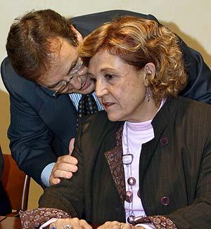 Caffarel, con el consejero delegado de Antena 3, en la firma de un acuerdo sobre la TDT. (Foto: EFE)