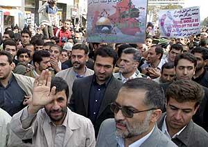Ahmadinayed saluda rodeado de manifestantes en Teherán. (Foto: EFE)
