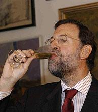 Rajoy brinda con cava catalán. (Foto: Christian Funicelli)