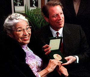 Rosa Parks, en una imagen de 1999, muestra su Medalla de Honor del Congreso junto al entonces vicepresidente de EEUU, Al Gore. (Foto: EFE)