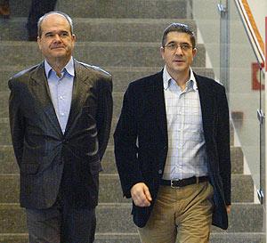 El presidente del PSOE; Manuel Chaves, y el reelegido secretario general del PSE-EE. (Foto: AFP)