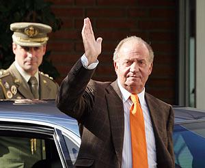 Don Juan Carlos saluda a su llegada a la clínica. (Foto: AFP)