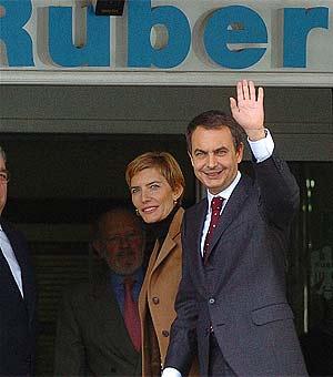 Rodríguez Zapatero, junto a su mujer, Sonsoles, a la llegada a la clínica Ruber de Madrid. (EFE)