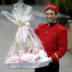 El primer regalo que recibió la recién nacida. (Foto: REUTERS)