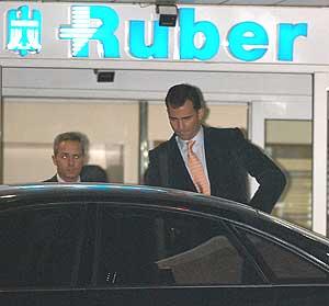 El Príncipe, a su salida esta noche de la clínica, donde regresó más tarde. (Foto: EFE)