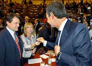 Zapatero ofrece a De Madre una ramita de romero. (Foto: EFE)
