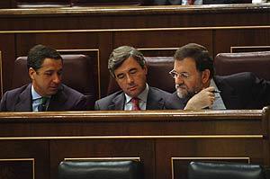 Rajoy, junto al secretario Acebes y Zaplana, durante un pleno del Congreso. (Foto: EFE)