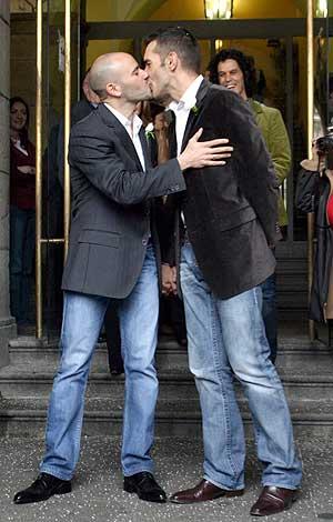 Jesús Vazquez y su marido Roberto Cortés tras la boda. (Foto: EFE)