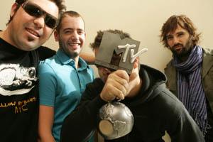 El Canto del Loco con su premio al Mejor Artista Español. (Foto: MTV)
