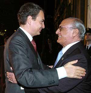 Zapatero saluda a Francisco José Hernando, presidente del CGPJ. (Foto: EFE)