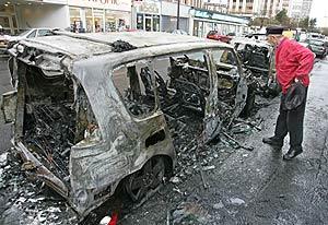 Un coche quemado a las afueras de París. (Foto: AFP)