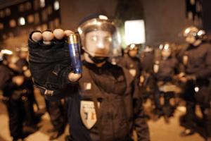 Un policía de Grigny muestra uno de los cartuchos que los jóvenes violentos han disparado. (Foto: AFP).