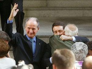 Atutxa saluda, a la salida de la vista oral el pasado 26 de octubre. (Foto: AFP)