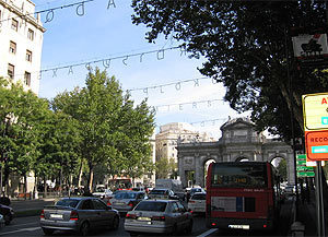 Las luces con la palabra 'paz' en varios idiomas en Alcalá ya están colocadas. (elmundo.es)