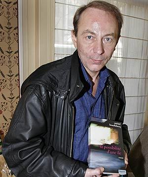 El escritor posa con la novela premiada. (Foto: AP)
