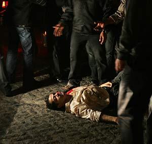 Uno de los fallecidos yace en el suelo junto al hotel Hyatt. (Foto: REUTERS)