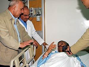 El primer ministro jordano, Adnan Badran, conversa con uno de los heridos. (Foto: AP)
