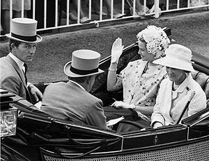 Lichfield, a la izqa., con los soberanos monegascos y una princesa, en 1966. (Foto: AP)