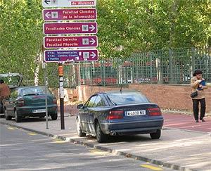 Varios coches aparcados encima de las aceras en Ciudad Universitaria. (elmundo.es)