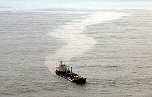 El 'Prestige', antes de hundirse, dejando el temible rastro de fuel. (Foto: AP)