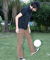 Xoel, haciendo tiempo dándole al balón.