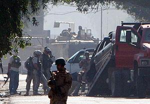 Soldados de EEUU retiran un coche dañado por el atentado. (Foto: AP)