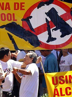 Barros (dcha.) en la protesta en la que pondría fin a su vida. (Foto: AFP)