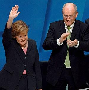 Merkel recibe la ovación de los miembros de su partido después de pronunciar su discurso. (Foto: EFE)