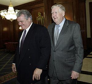 John Murtha, con otro legislador demócrata en la Cámara de Representantes. (Foto: AFP)