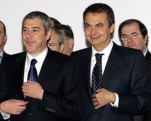 José Luis Rodríguez Zapatero y José Socrátes posan para la foto de familia. (Foto: EFE)