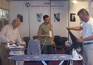 Miembros de la asociación, en un taller de plancha, el pasado mes de abril. (Foto: AHIGE)