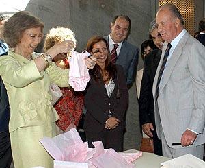 La Reina recibe un regalo del presidente canario para la Infanta Leonor. (Foto: EFE)