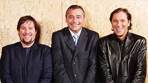 De izda. a dcha., Carlos Latre, Michael Robinson y Paco González.