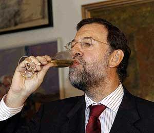 Rajoy, brindando con cava catalán. (Foto: Christian Funicelli)